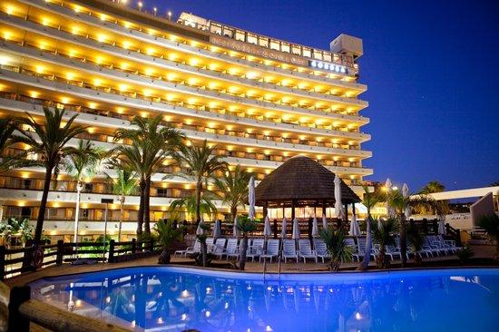 Gloria Palace San Agustín Thalasso & Hotel: Vista nocturna de la Terraza Chill out y del Restaurante Gorbea desde la Piscina principal
