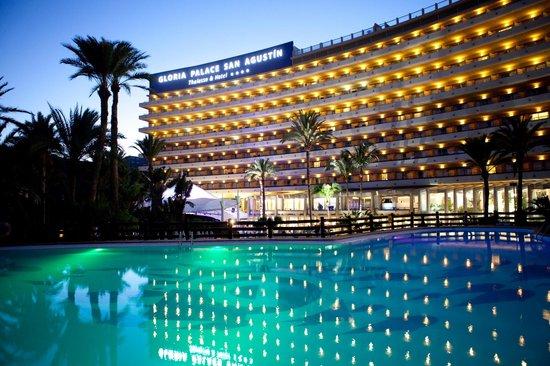 Gloria Palace San Agustín Thalasso & Hotel: Vista nocturna del hotel desde la Piscina principal