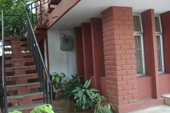 Shanthi Niwas Bed and Breakfast: The way up.