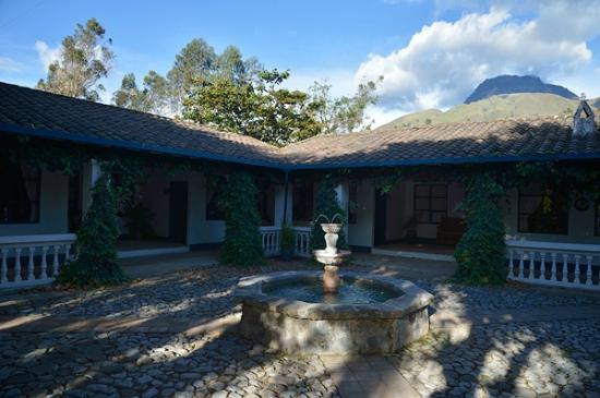 Hacienda Pinsaqui: Courtyard for Rooms 25-28, 28 is far left, 25 far right