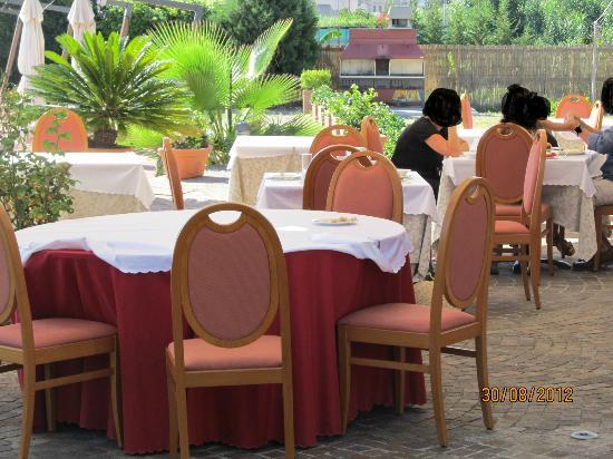 Hotel Aktea: tavolo a fianco al nostro a colazione