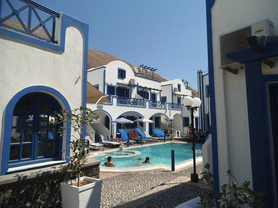Roula Villa: Vista Piscina dall'ingresso