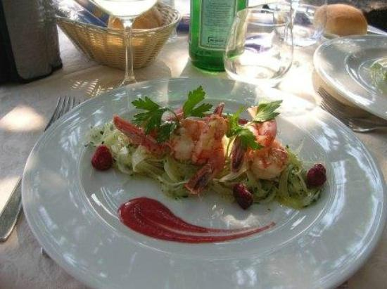 Hotel Gardenia al Lago: Prawn tails on a bed of fennel with a raspberry coulis