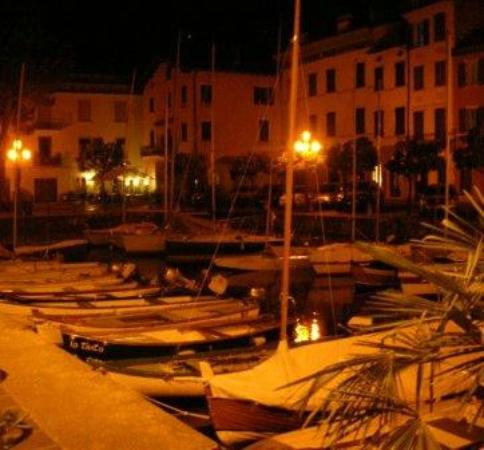 Hotel Gardenia al Lago: Port in Villa di Gargnano at night