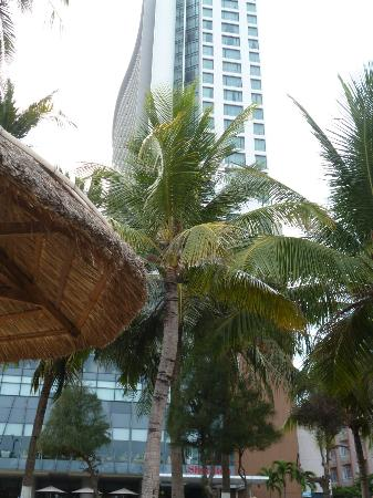 Sheraton Nha Trang Hotel and Spa: Grattacielo Sheraton dalla spiaggia