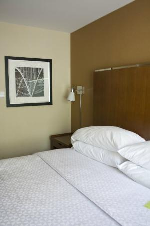 Four Points by Sheraton Philadelphia City Center: bed