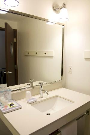 Four Points by Sheraton Philadelphia City Center : mirror