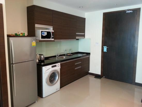 Arisara Place Hotel : kitchen - has everything you need!