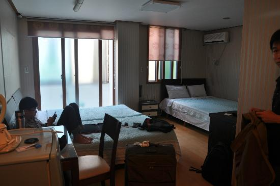 IB Ville Guesthouse: Triple deluxe room
