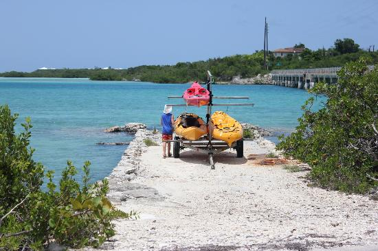 Starfish The Exuma Adventure Center: Getting the kayaks ready.