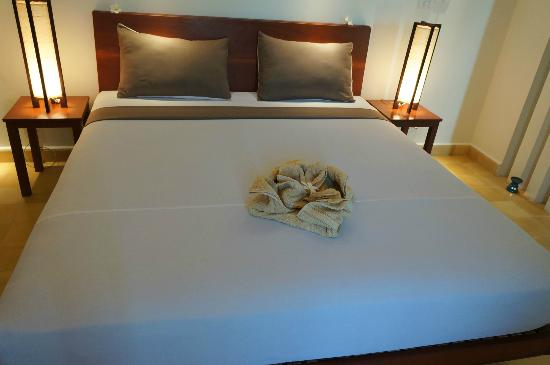 Battambang Resort: Bed in Lakeside Room 2
