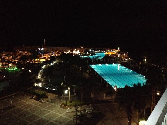 Moevenpick Hotel Beirut: by night