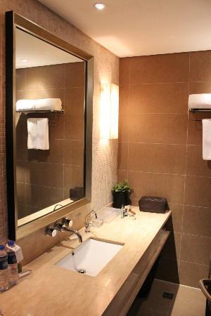 Christian's Hotel: Marble bathroom