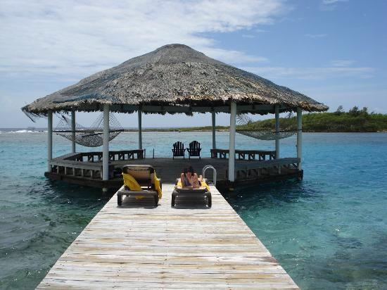 Barefoot Cay Resort: Relaxing on the palapa.