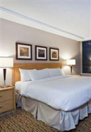 Landis Hotel & Suites: King size bed in each suite