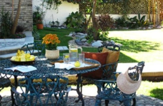 Laureles Hotel: Jardín