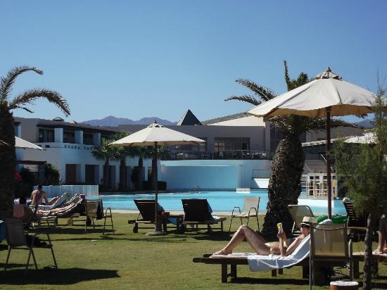 Cavo Spada Luxury Resort & Spa: Vue de l'hôtel prise sur les transats