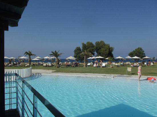 Cavo Spada Luxury Resort & Spa: Vue du bar de la piscine sur les transats 