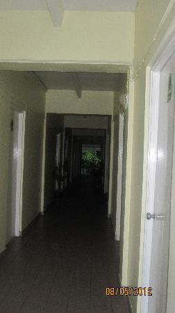 Pineapple Court Hotel: Need better lighting in the hallway at night