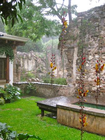 Hotel Cirilo: garden in the rain