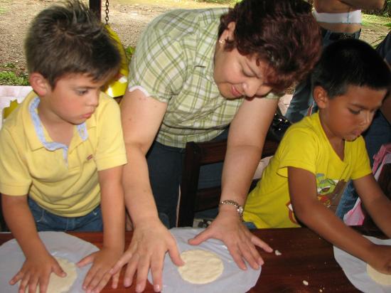 Museo de Cultura Popular: Estudiantes haciendo talleres