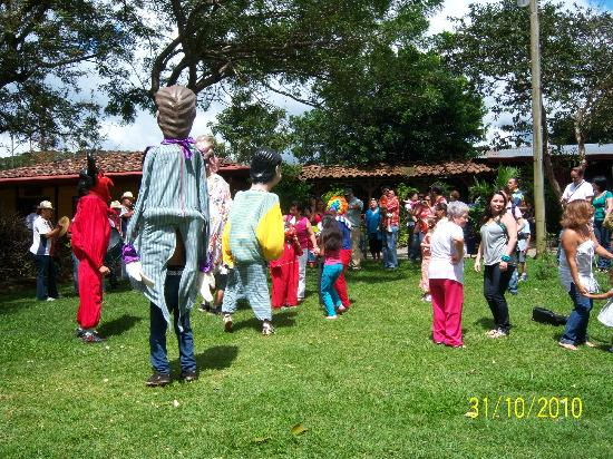 Museo de Cultura Popular: Estudiantes con mascaras