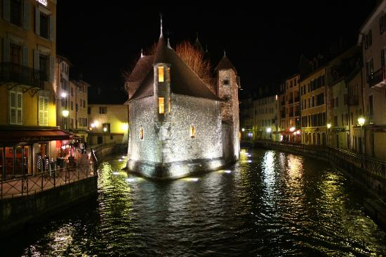 Chateau d'Annecy: Beautiful building surrounded by water, reflections & history.