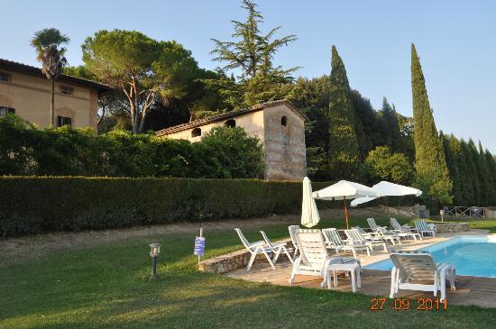 Agriturismo Castel di Pugna: pileta y fondo del hotel