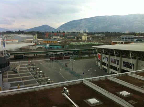 Ramada Encore Geneva: vue de la chambre avec le stade