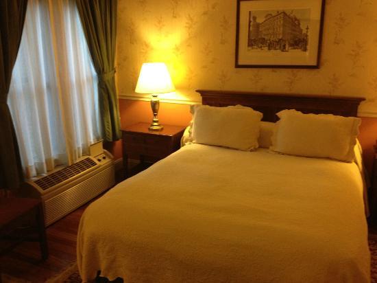 Penn's View Hotel: Bedroom - charming isn't it!