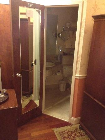 Penn's View Hotel: Bathroom