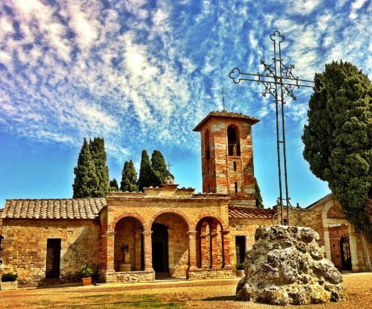 Hotel Terre di Casole: chiesa di S. Niccolò vicinissima all'hotel