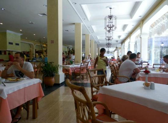 Grand Palladium Riviera Resort & Spa: Buffet dining area. Enormous, delicious food.