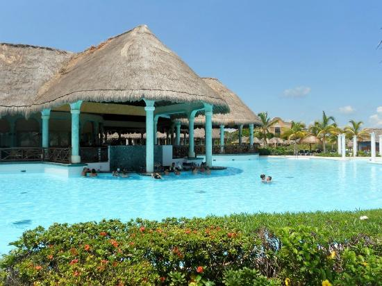 Grand Palladium Riviera Resort & Spa: Swim-up bar