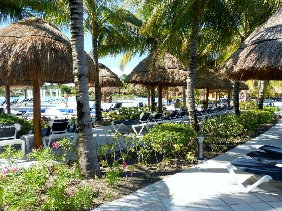 Grand Palladium Riviera Resort & Spa : Lots of shade always available at the pool