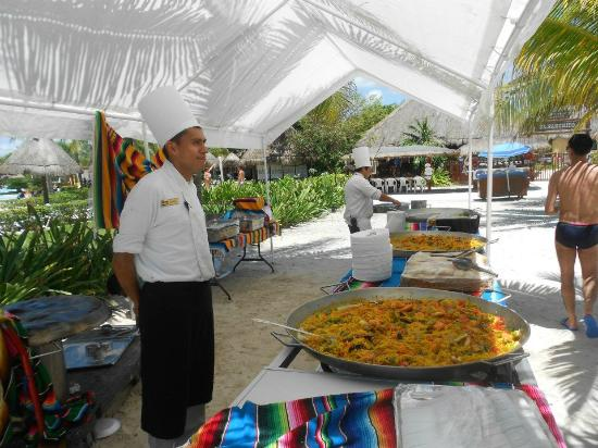 Grand Palladium Riviera Resort & Spa : YUM! Paella cooked on the beach on Sundays