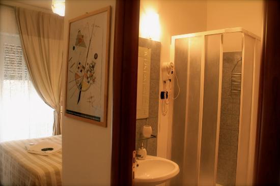 B&B Colazione da Bubi: Pirandello room and bathroom