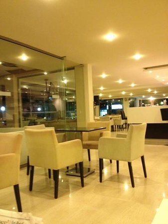 Lomeniz Hotel: bar and lounge