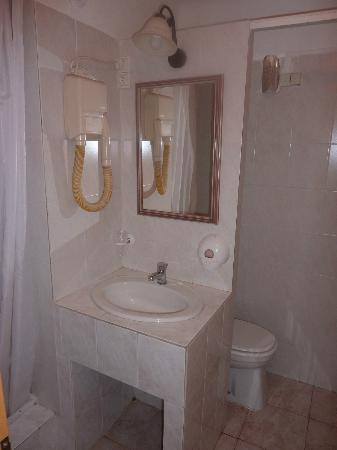 Hotel Riviera : And so is the shower room
