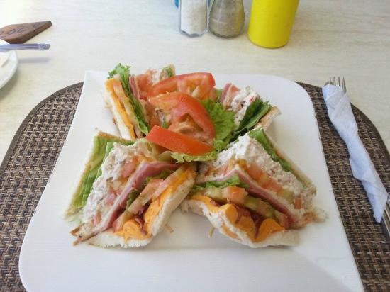 Kite Beach Hotel: Chicken Club Sandwich YUMMIE !