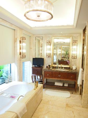 Conrad Sanya Haitang Bay: Bathroom with heated marble floors