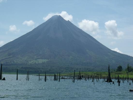 Linda Vista Hotel: Laguna y volcan