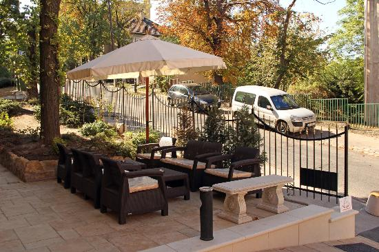 Gold Hotel Wine & Dine: The garden area