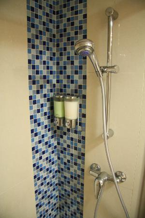 Hotel Benito: Shower Area with Free Shampoo and Bath Lotion