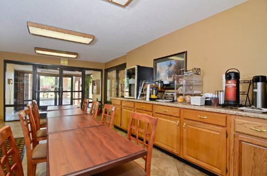 Travelers Inn and Suites Memphis: Breakfast Area