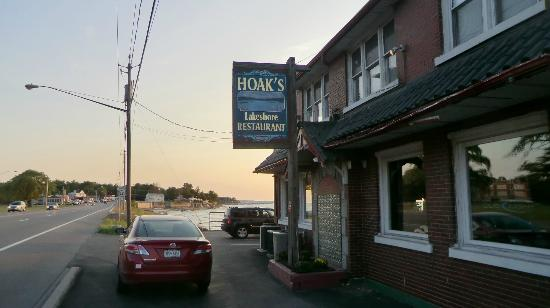 Hoak's Restaurant: Street view - the restaurant is on the lake side of the street