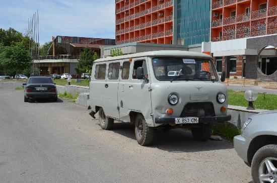 op de achtergrond hotel Shymkent