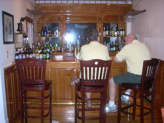 Whitehall Inn Fine Dining : The bar is all about polished wood and good drinks.