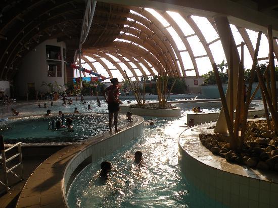 Concorezzo, Italy: vicino alla piscina ad onde
