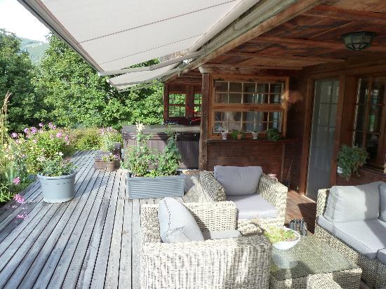 Silvi's Dream Catcher Inn Guesthouse : The patio area and hot tub
